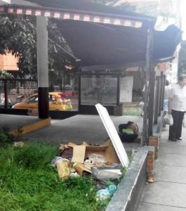 En la imagen se observa a un habitante de calle durmiendo en el interior del sitio. - Suministrada / GENTE DE CABECERA