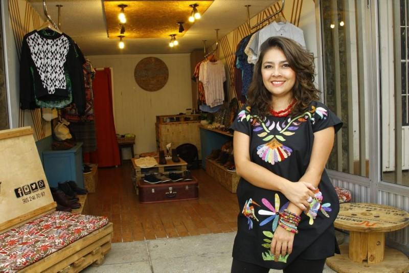 Ana Peralta Trillos es egresada del colegio San Pedro Claver. Estudió diseño de modas en Itae, ahora UMB, Universidad Manuela Beltrán, y luego terminó diseño gráfico en la UDI, Universitaria de Investigación y Desarrollo