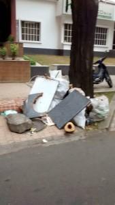 Los escombros abandonados en los andenes del sector hacen parte de los aspectos por mejorar de muchos habitantes. - Suministrada / GENTE DE CABECERA