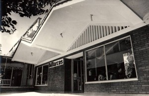 El almacén ha tenido dos fachadas con la que hoy muchos clientes antiguos se identifican