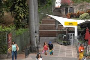 Los peatones que usan este pasaje del parque Mejoras Públicas piden que sea más aseado e iluminado. - Jaime Del Río / GENTE DE CABECERA