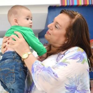 Su amor por los niños no tiene límites. Siempre se muestra afectiva y cariñosa con ellos.