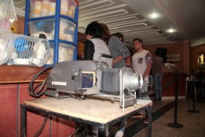 En el Cinema Riviera se vendieron cientos de objetos que hicieron parte del mobiliario