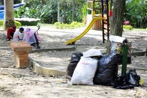 En algunos sectores del parque se evidenciaron bolsas de basura junto a las canecas. La Cdmb dijo que se pondría al frente del caso. - Didier Niño / GENTE DE CABECERA