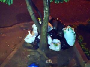 A cualquier hora del día o de la noche se puede observar gente dejando basura en el andén. - Suministrada / GENTE DE CABECERA