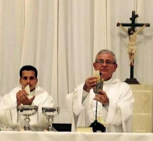 Los sacerdotes Carlos Landazábal (izquierda) y Monseñor Carlos Camacho (derecha) se despiden este sábado de la parroquia San Pío X. - Suministrada / GENTE DE CABECERA