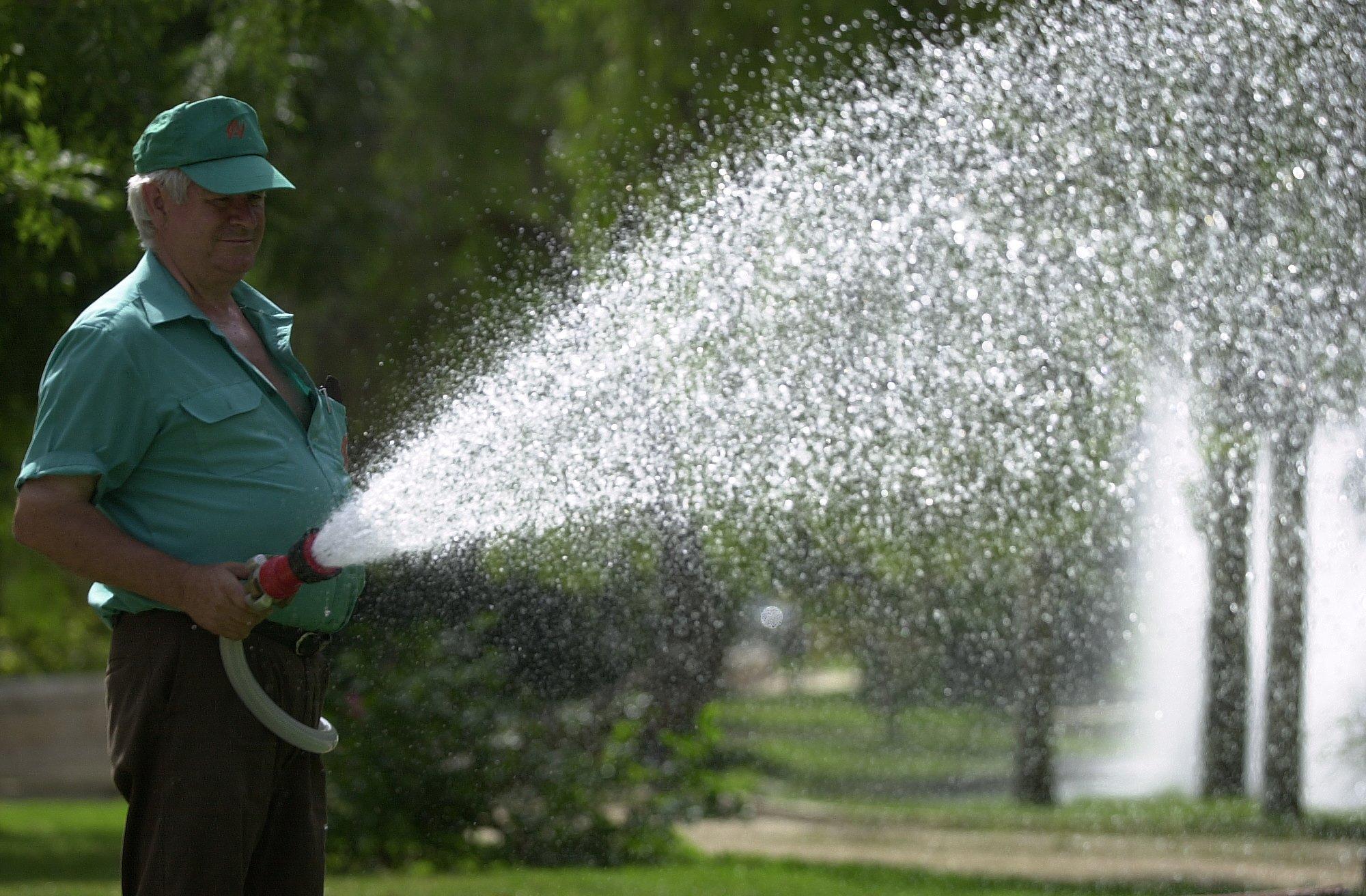 Derroche de agua un delito ambiental gente de cabecera for Riego de jardines
