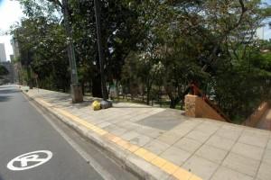 El andén de la carrera 39, junto al parque Los Sarrapios, quedó sin rampa para personas en silla de ruedas o quienes lleven bebés en coches. - Jaime Del Río / GENTE DE CABECERA