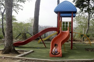 Algunas zonas infantiles tienen juegos que por su forma y funcionamiento pueden estancar agua, se recomienda revisarlos luego de una llovizna