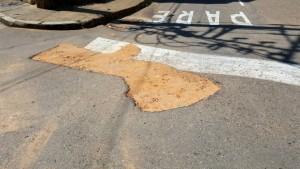 Estos son los sitios donde falta el pavimento, luego de unas obras, en un sector de La Floresta. - Suministrada / GENTE DE CABECERA
