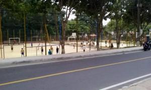 A la cancha acuden jóvenes a jugar fútbol y baloncesto, dejando sus motos estacionadas sobre la vía o andenes, denuncia una ciudadana. - Suministrada / GENTE DE CABECERA