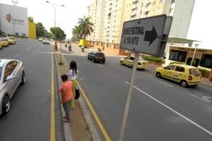 """Son constantes las quejas de peatones que tienen que """"ingeniárselas"""" para cruzar la transversal 93. - Fabián Hernández / GENTE DE CABECERA"""