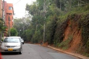 Esta es la carrera 49, en La Floresta, que pide un muro de contención para mitigar el deslizamiento de tierra que se produce por lloviznas. - Jaime Del Río / GENTE DE CABECERA