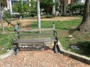 Las basuras se acumulan en los diferentes sectores y mobiliario del parque. - Jaime del Río / GENTE DE CABECERA