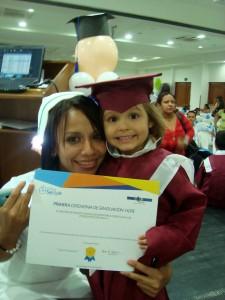 Isabella Mutis Fontecha recibe sonriente su diploma. - Suministrada/GENTE DE CABECERA