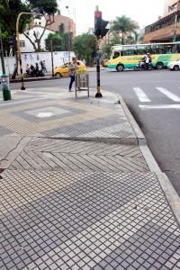 Ciertos andenes y cruces peatonales están debidamente suministrados con rampas de acceso, como este del parque San Pío, por la carrera 33 con calle 45.
