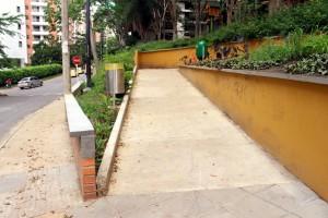 Algunos senderos peatonales cuentan con accesos amplios para los usuarios de sillas de ruedas.