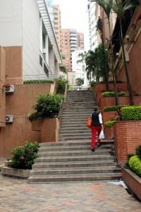 Siguen siendo muchos los senderos en parques, barrios, establecimientos y áreas públicas del sector que solamente cuentan con escaleras para peatones, como estos en parque Los Sarrapios (foto izq.) y en la calle 49 con carrera 36 (foto der.), obstaculizando el tránsito de personas con discapacidad que usan silla de ruedas.