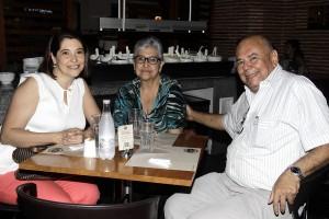 Claudia Sánchez, Cecilia de Sánchez y Enrique Sánchez.