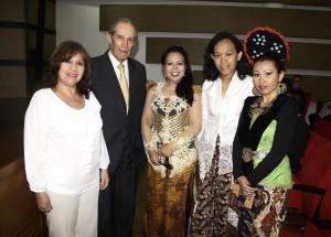 María del Pilar Isidro, Alberto Montoya Puyana, la embajadora de Indonesia, Trie Edy Mellyani, Puji Sulastri y Sintya Melina.