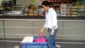 En las cafeterías de la Unab se encuentran ubicadas estas cajas para el depósito de alimentos para perros y gatos. - Suministradas / GENTE DE CABECERA