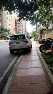 Solo unos pasos adelante se puede ver la señal  de 'Prohibido estacionar'. - Suministrada/GENTE DE CABECERA