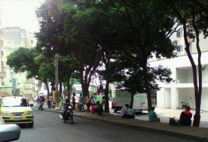El mal uso y la invasión del espacio público obligan a los peatones a caminar por la carretera en muchas ocasiones. - Suministrada / GENTE DE CABECERA