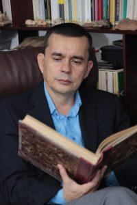 """El historiador Álvaro Acevedo está permanentemente escribiendo libros, haciendo consultas, buscando recursos para realizar investigaciones, """"creando nuevo conocimiento, que es otra de las maneras de valorar nuestro oficio, en tanto hay muchísimos aspectos de este quehacer que no han sido indagados o reflexionados"""". Fabián Hernández / GENTE DE CABECERA"""
