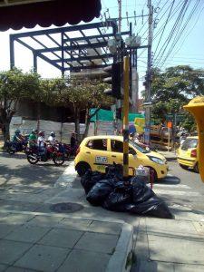 Esta acumulación de basura se ve constantemente en puntos de Cabecera cercanos a establecimientos comerciales. - Suministrada / GENTE DE CABECERA