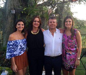Jorge Enrique en compañía de su esposa, Elsa, y sus dos hijas, Natalia y Tatiana