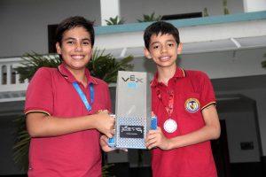 Juan Felipe González y Andrés Mauricio Gualdrón, los dos jóvenes ganadores en evento de talla mundial de robótica. - Javier Gutiérrez/GENTE DE CABECERA