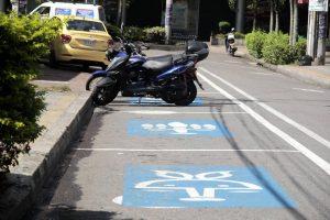 De acuerdo con las quejas, las zonas azules están afectando el libre tránsito de los residentes y a los parqueaderos privados. - Archivo/GENTE DE CABECERA