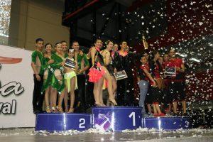 El equipo de Latin Dance recibiendo el premio en 'salsa trío cabaret'. - Suministrada/GENTE DE CABECERA