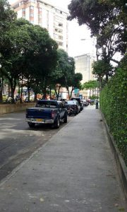 Los vehículos mal estacionados y las altas velocidades se están convirtiendo en un problema para los residentes. - Suministradas/GENTE DE CABECERA