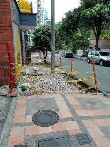 El ciudadano denuncia el estado del andén, peligroso para los transeúntes. - Suministrada/GENTE DE CABECERA