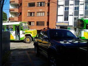 La entrada y salida de carros particulares se ve obstruida por quienes estacionan en la calle. - Suministrada/GENTE DE CABECERA