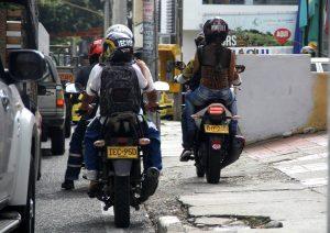 Los motocilistas acostumbran usar los andenes para librarse del trancón, incumpliendo las normas de Tránsito y afectando a los peatones. - Javier Gutiérrez / GENTE DE CABECERA