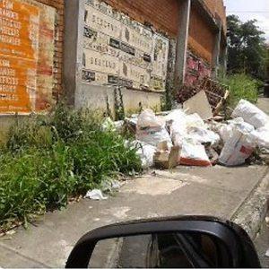 Pablo Reyes envió esta imagen a través de Twitter, donde se evidencian escombros detrás del colegio La Presentación. - Suministrada/GENTE DE CABECERA