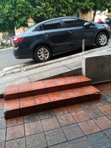 Según cuenta la Periodista del Barrio, este vehículo se estaciona allí a diario por 12 horas, obstaculizando el paso peatonal. - Suministrada/GENTE DE CABECERA
