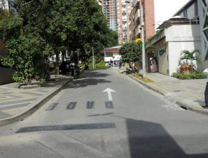 Los conductores que transitan por la calle 46 frente a las canchas de baloncesto y el CAI de San Pío deben estar atentos al nuevo sentido de circulación vehicular. - Suministrada/GENTE DE CABECERA