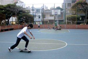 La Comandante del CAI sugiere que patinadores y basquetbolistas coordinen horarios para uso de la cancha. - Fabián Hernández/GENTE DE CABECERA