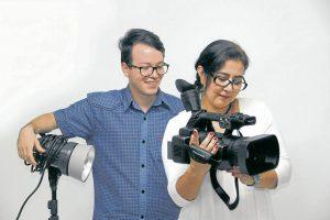 Yosman Serrano Lindarte, estudiante de Artes Audiovisuales y director del cortometraje 'Rocky', junto a Ella Carolina Cardona, cocreadora de Cinestampilla, realizadora de cine y docente.  - Javier Gutiérrez/GENTE DE CABECERA