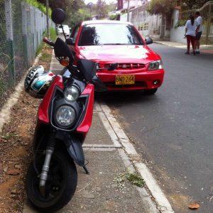 De manera continua, motos y carros invaden completamente las aceras de este sector. - Suministrada/GENTE DE CABECERA