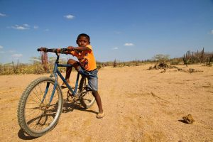 Hasta 6 kilómetros diarios deben recorrer los niños de La Guajira para llegar a sus escuelas