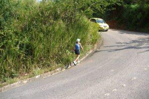 """Caminantes y ciclistas están en riesgo de sufrir un accidente si estos últimos no regulan su velocidad al transitar por el camino que lleva de Bajos de Pan de Azúcar a la """"montaña"""". - Archivo/GENTE DE CABECERA"""