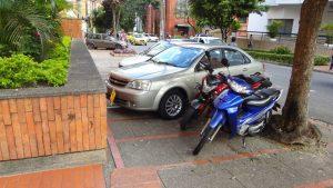Carros y motos se estacionan diariamente en este andén, bloqueando el paso y poniendo en riesgo la seguridad de los peatones. - Suministrada/GENTE DE CABECERA