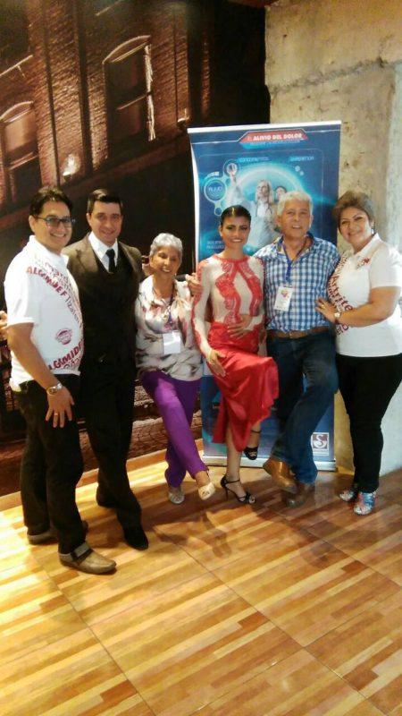 Rubén Cross, Luisa de Corzo, Efraín Román y Aura Pinto, junto a unos bailarines de tango.  - Suministrada/GENTE DE CABECERA