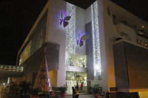 La naturaleza también se convierte en protagonista de la Navidad, como estas mariposas gigantes en la fachada del centro comercial IV Etapa.