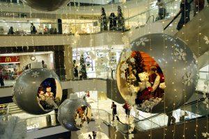 Luces blancas y enormes bolas de Navidad con personajes navideños en su interior, adornan a lo largo y ancho del centro comercial La Quinta.