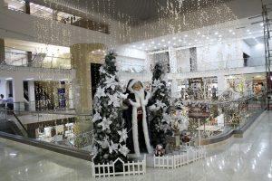En el centro comercial La Quinta, diferentes escenarios son custodiados por Papá Noel.